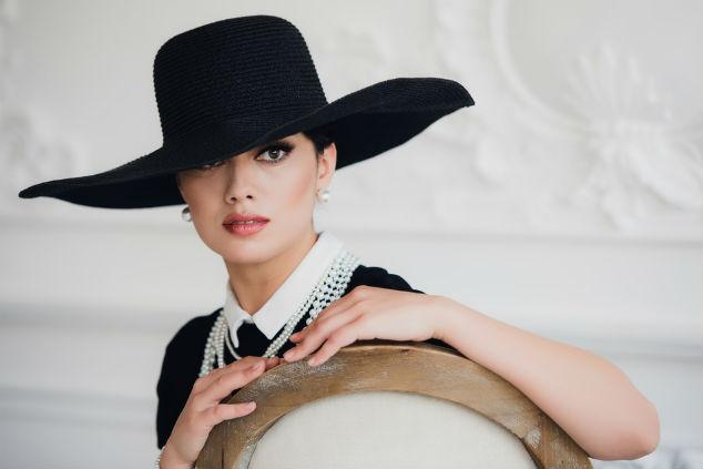 אשה עם כובע בראש שאטרסטוק By Roman Kosolapov