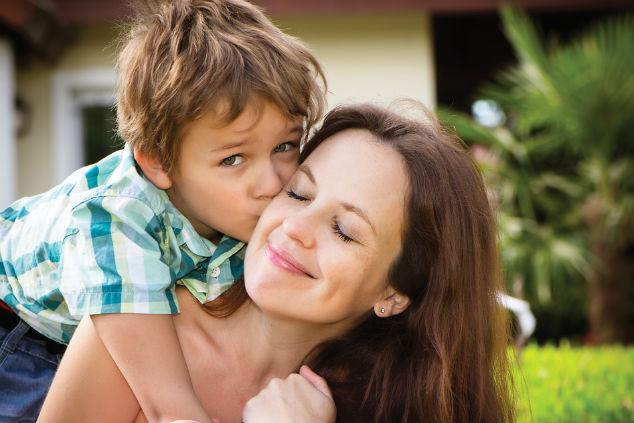 אמא וילד צילום שאטרסטוק  alexis kapsaskis
