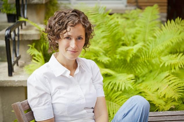 אישה בחולצה לבנה על רקע צמחים צילום שאטרסטוק By Nadino