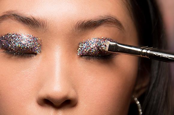 איפור עיניים נוצץ של מאק מתצוגת JOURNE שבוע אופנה אביב קיץ 2018