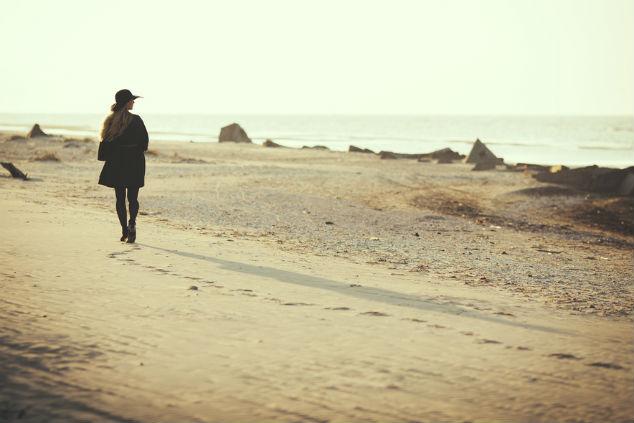 אשה צועדת צילום שאטרסטוק Emils Desjatnikovs