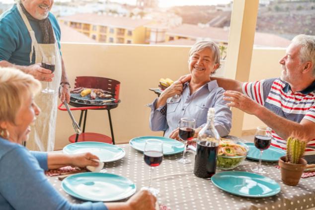 רבים סובלים מתת תזונה בגלל הפחתת מאכלים עתירי חלבון (צילום: שאטרסטוק / DisobeyArt)