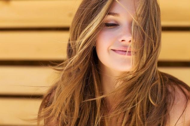 אין שום סיבה לא ליהנות משיער יפה ובריא גם בקיץ (צילום: Shutterstock by Nina Budai)