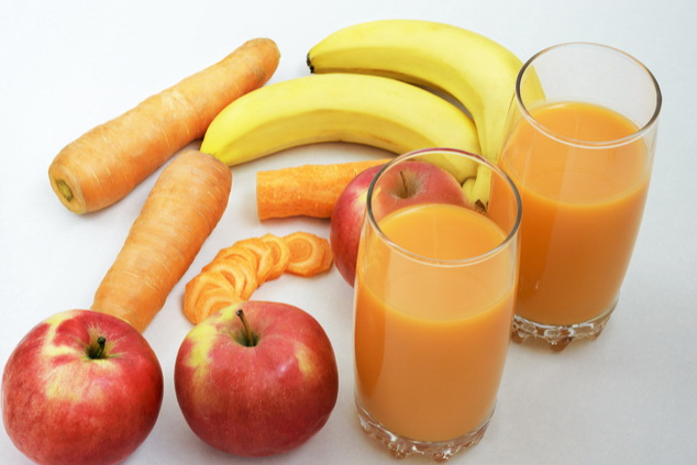 להתחיל עם בננות ותפוח, ולהתקדם לגזר ( צילום: By Nadia Brusnikova Shutterstock  )