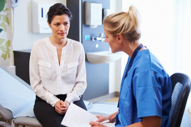 רופאה וחולה עם אוסטאופורוזיס (צילום: שאטרסטוק / Monkey Business Images)