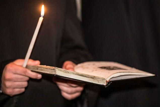 ספר קודש ונר צילום ליאת מייה לומברוזו