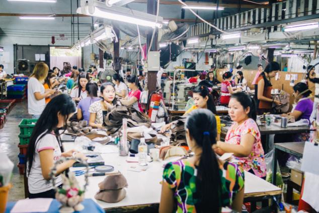 עובדים בתנאי עבדות כדי לייצר לנו חולצה ב-8 דולר (שאטרסטוק / catastrophe_OL)