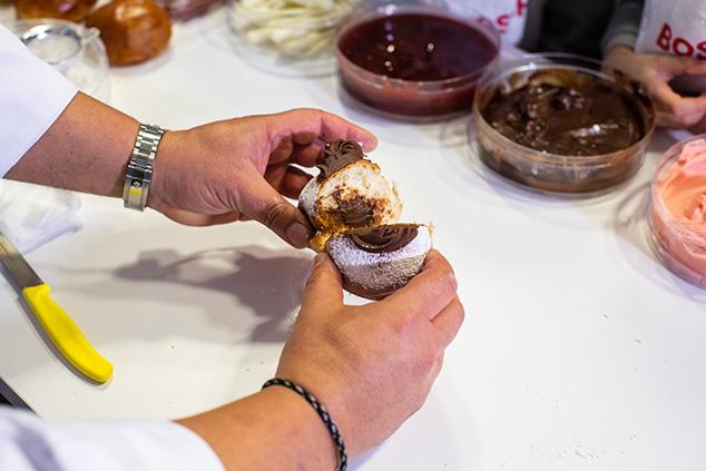 חגיגת שוקולד: סופגניה במילוי שוקולד ובציפוי שוקולד (צילום: אבישג שאר ישוב)
