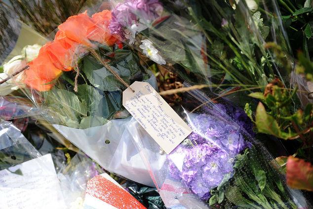 פרחים על קברו של ארתור