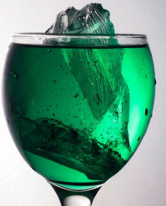 כוס משקה ירוק צילום רון רוזנבאום