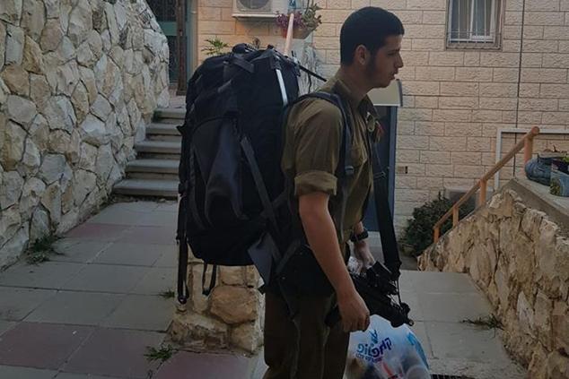 ערן גיא הגיע לבסיס עם תיק מלא ציוד וכל טוב (אלבום פרטי)