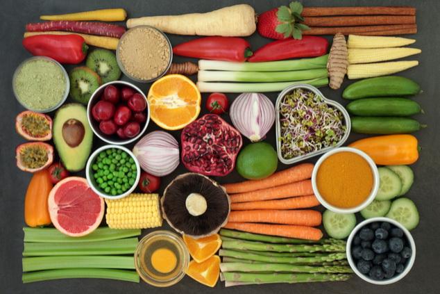 הקפידו על תפריט עשיר בפירות וירקות עשירים בסיבים תזונתיים (צילום:  By marilyn barbon Shutterstok )
