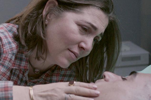 עומרי המאושפז במצב אנוש, עם אמו, נעמי (באדיבות טרנספקס)