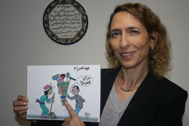 עידית בר עם קריקטורה צילום אלבום פרטי