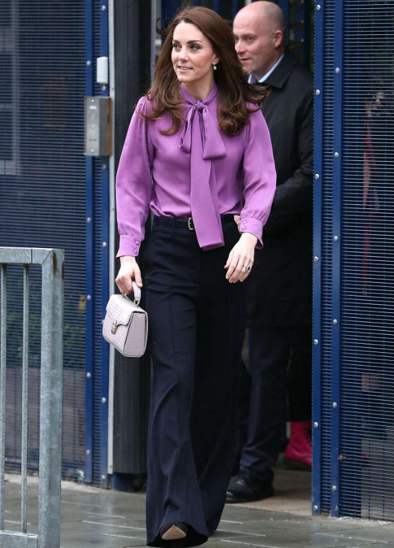 קייט מידלטון בחולצה סגולה צילום Neil Mockford/GC Images)