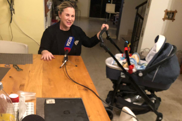 """ח""""כ קסניה סבטלובה מתראיינת ברדיו עם התינוק שלה (אלבום פרטי)"""