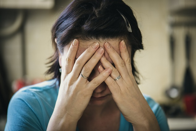 אשה מוכה shutterstock By Oleg Golovnev
