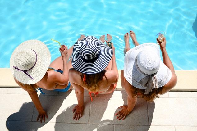 בנות בבריכה shutterstock_542958871By JP WALLET