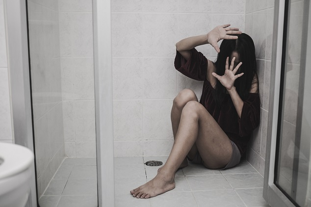 אשה מוכה מסתתרת shutterstock By Phat1978