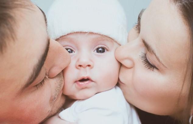 אמא אבא ותינוק shutterstock By Tania Kolinko