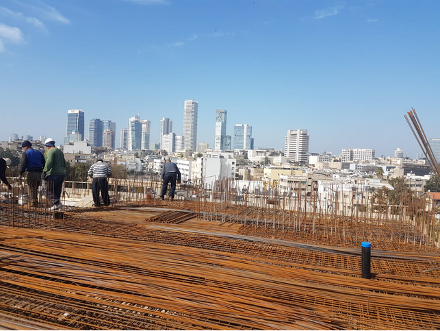 בנייה מסביב לשעון בדרום תל אביב (צילום: מנש כהן)