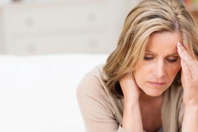 אישה סובלת מכאבים (צילום: שאטרסטוק / ESB Professional)