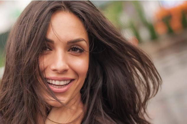 אישה מחייכת צילום shutterstock -  guruXOX