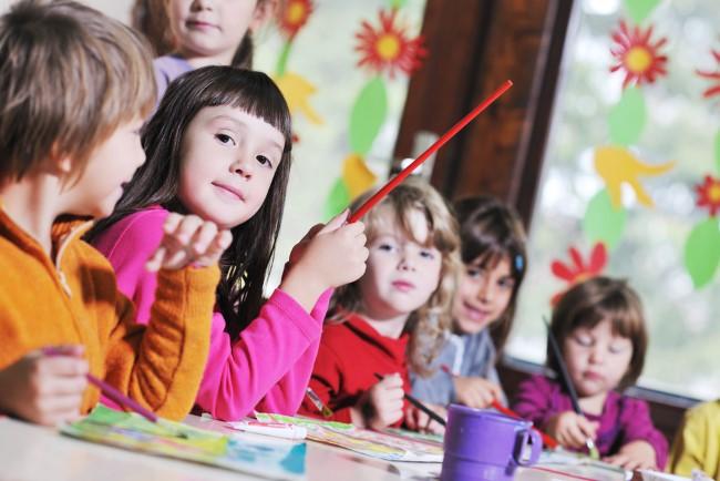 ילדים בגן shutterstock By dotshock