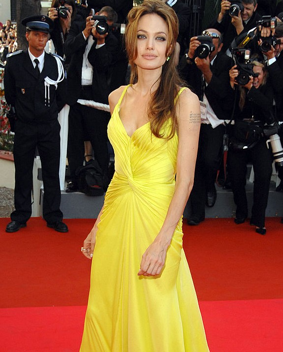 אנג'לינה ג'ולי בצהוב צילום George Pimentel/WireImage