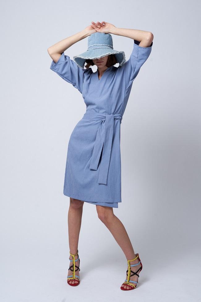 שמלת קימונו מעטפת מבית יעל רוזמרין בירידי האופנה בראשית. צילום: הילה שייר