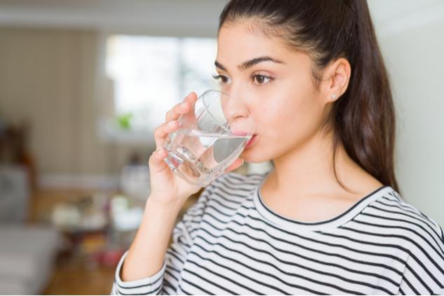 לפני הצום, חשוב לשתות הרבה מים (צילום: שאטרסטוק / Aaron Amat)