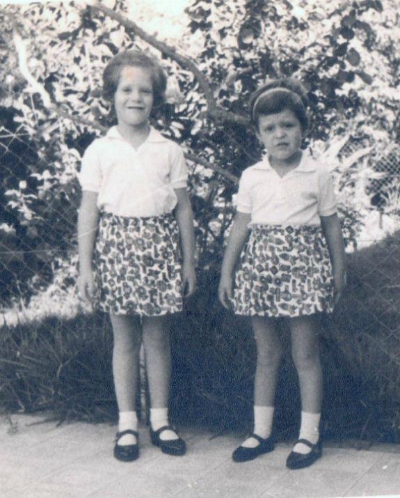 נטע ענבר סבן בילדותה עם אחותה (צילום: אלבום פרטי)