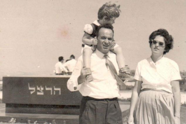 נטע ענבר סבן ילדה עם הוריה (צילום: אלבום פרטי)