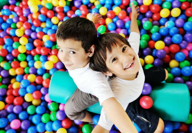 לגדול עם עוד ילדים וליהנות ממרחבים ציבוריים מפנקים (צילום: Shutterstock by ZouZou)