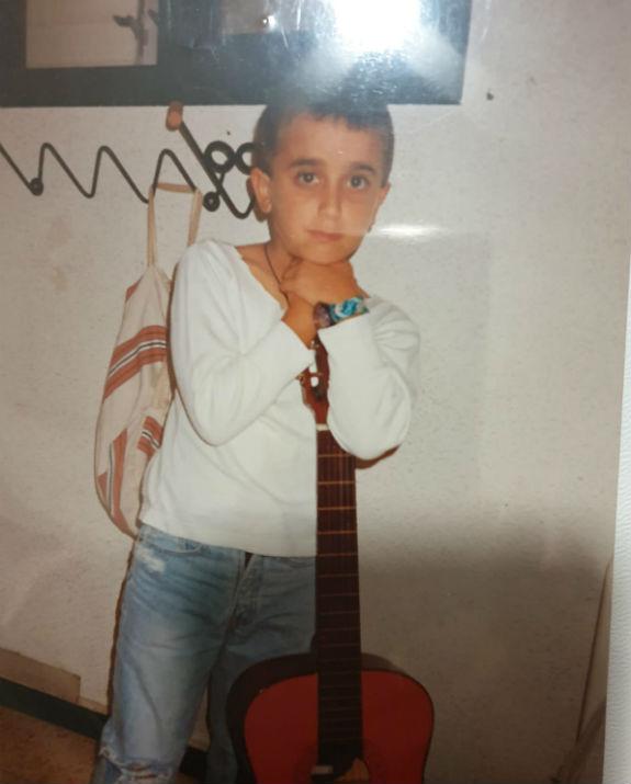 בן לאון עם גיטרה בילדותו (צילום: אלבום המשפחתי)