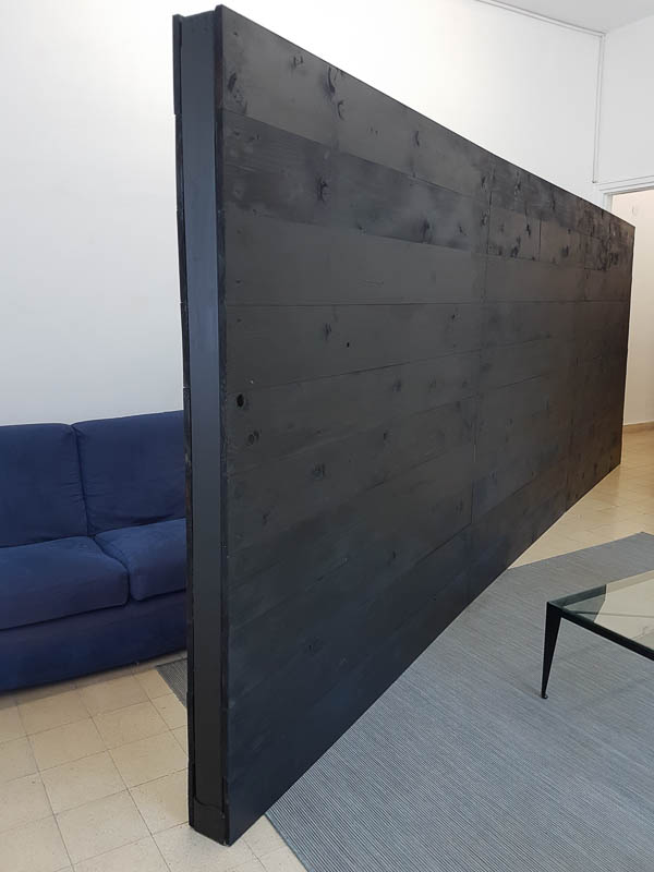 הקיר של אורלי סבר בסלון של עודד שתיל. צילום: ענבל כהן חמו