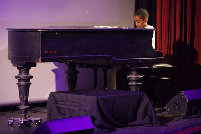 אושרי ביטאי המוכשר על הפסנתר. צילום: ענבל כהן חמו