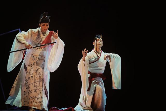 יאנג היילונג בדמות האשה מימין. צילום: He Ning