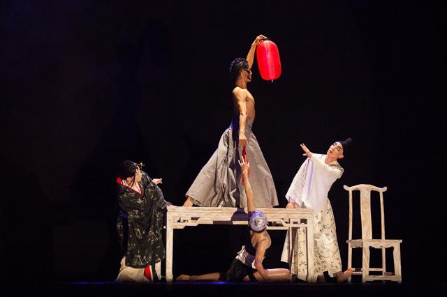 המלומד מימין, האשה משמאל, ובמרכז דמויות הרגשות. צילום: Ka Ka