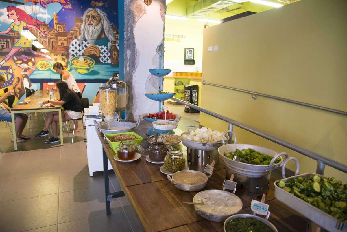 גם הארוחת בוקר  כאן היא תל אביבית . במובן הלארג' של המילה