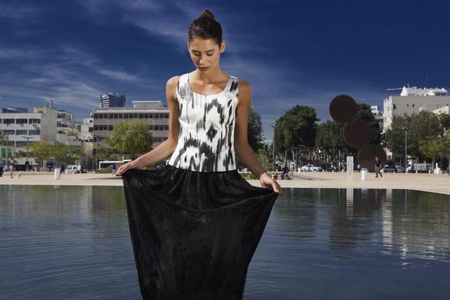 אילנה אפרתי - חולצת כותנה סאטן משי מצוירת ביד וחצאית משי רזולוציה נמוכה