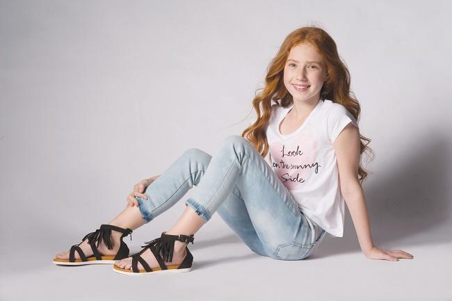 גלי- נעלי ילדים מחיר 199.90 שח צילום עידו לביא  דוגמנית אמה גוטמן (3)