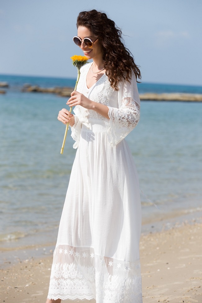 קולקציית הקפסולה של שירלי בוגנים לדיסקרט, שמלה לבנה מחיר 499.90 שח צילום גיא כושי ויריב פיין.