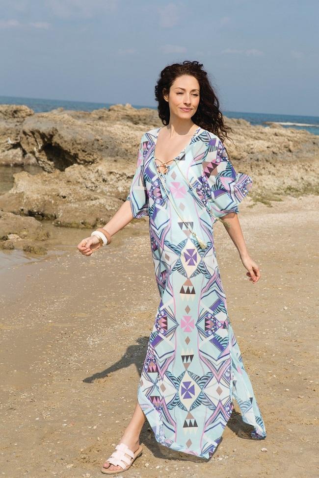 קולקציית קפסולה שירלי בוגנים לרשת האופנה דיסקרט שמלה מודפסת מחיר 449.90 שח. צילום גיא כושי ויריב פיין (1)
