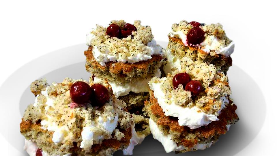 עוגות פרג אישיות בקצפת וחלבת פקאן
