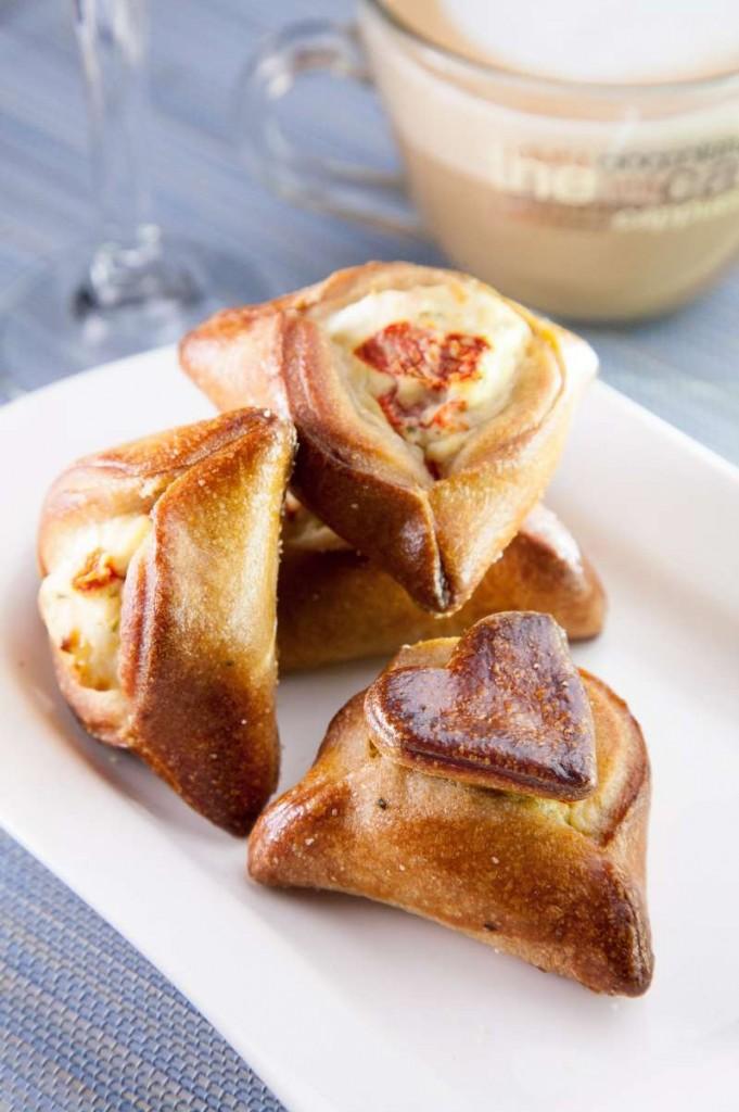 אוזני המן מקמח לחם מלא 100% במלית גבינות ופלפלים קלויים. צילום: מנחם גרייבסקי.