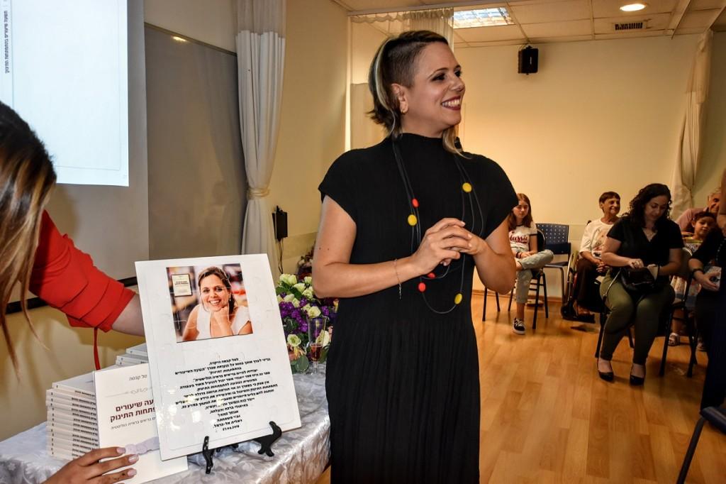 הסופרת טל קבסה באירוע ההשקה שנערך במכללת רידמן.
