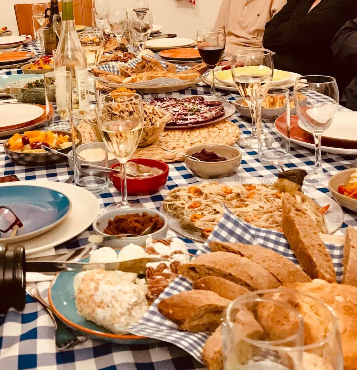 שולחן ערוך בשולחן ארוך / צילום: לירון פיין