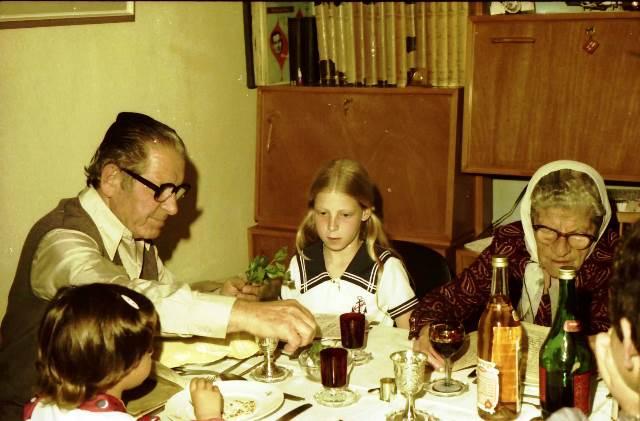 סבתא יפה מימין, אני באמצע  וסבא דב משמאל (ליל הסדר 1975)