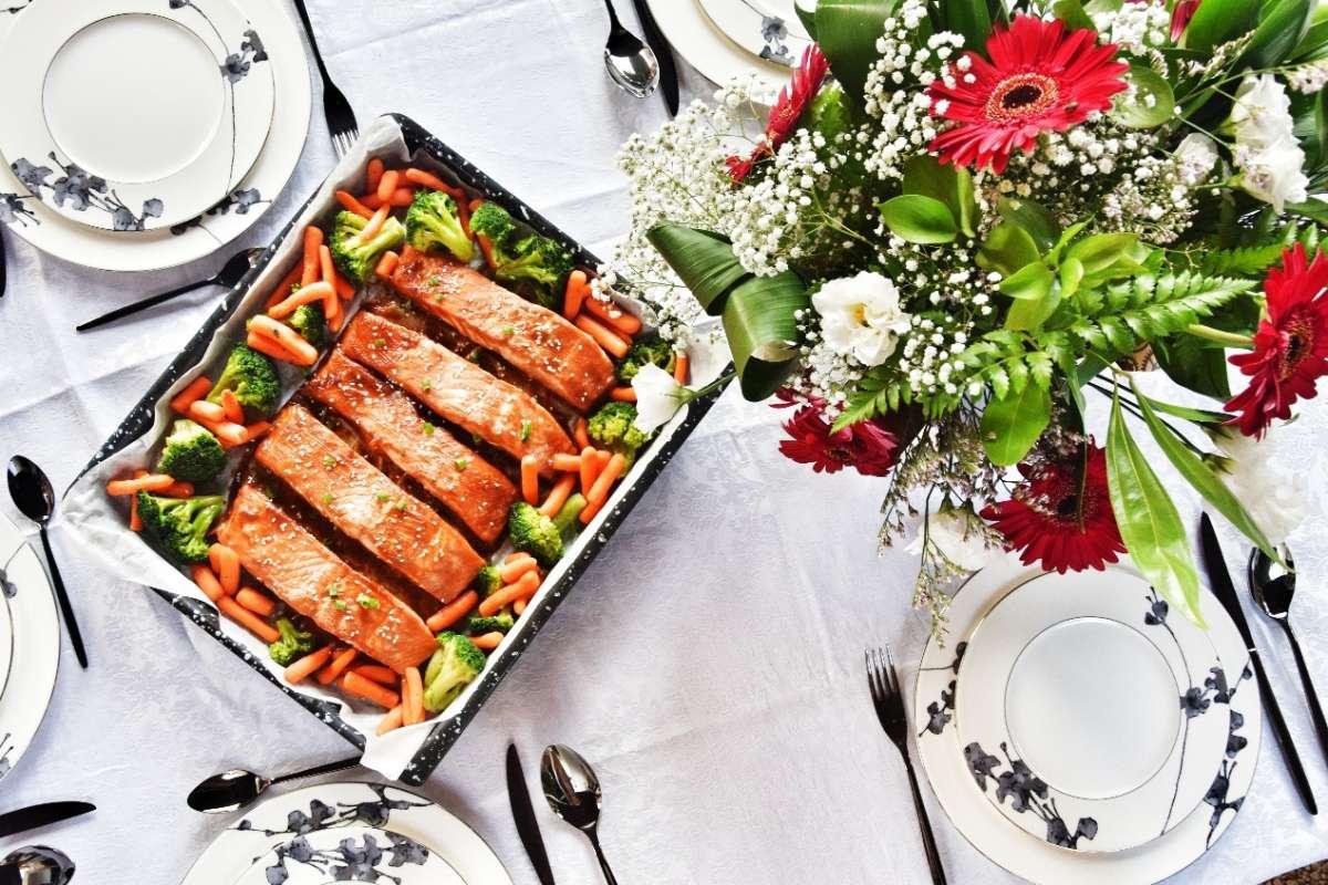 סלמון אפוי בתנור. כלים באדיבות RAN INTERNATIONAL. צילום: פני רבינוביץ